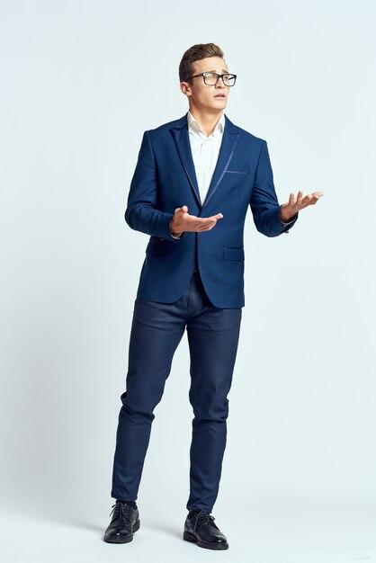 Выразительный мужчина позирует в студии Premium Фотографии