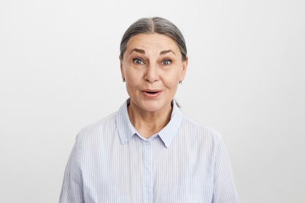 表情豊かな年配の女性のポーズ 無料写真
