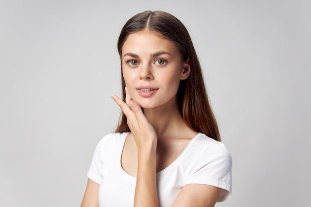 スタジオでポーズをとる表情豊かな女性 Premium写真