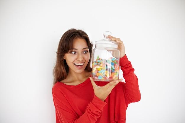 Выразительная молодая женщина позирует Бесплатные Фотографии