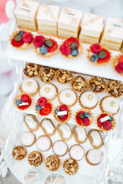 Exquisite fruit sweets for guests Free Photo