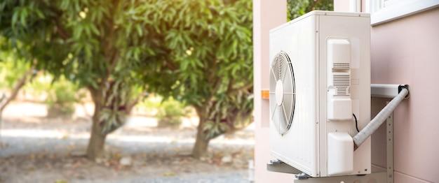 Внешний компрессорный агрегат кондиционера с раздельными стенками, установленный снаружи здания. Premium Фотографии