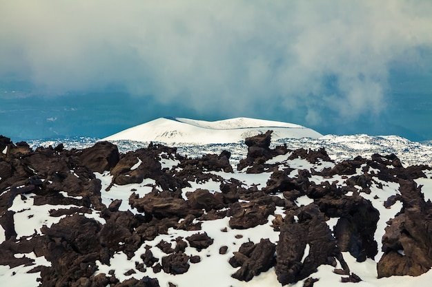 Потухший кратер вулкана этна Premium Фотографии