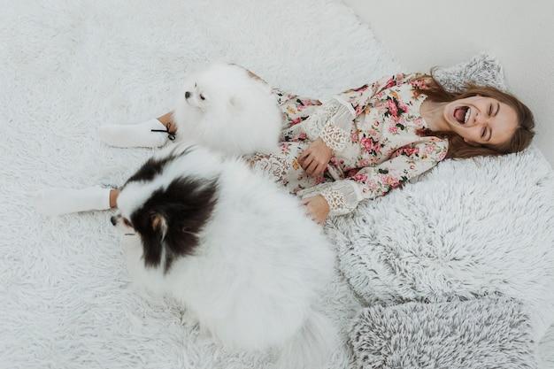 Очень счастливая девушка с двумя собаками Бесплатные Фотографии