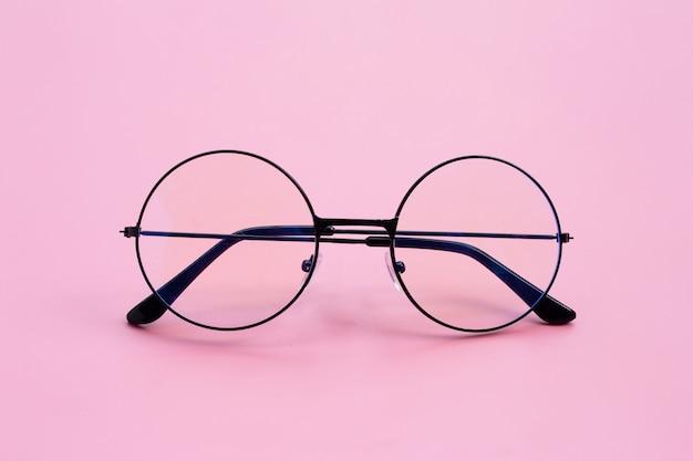 Очки на розовом фоне. копировать пространство Premium Фотографии