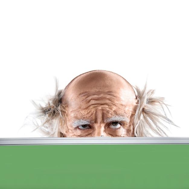 白で隔離された教育委員会による狂人ハゲ老人の目 Premium写真