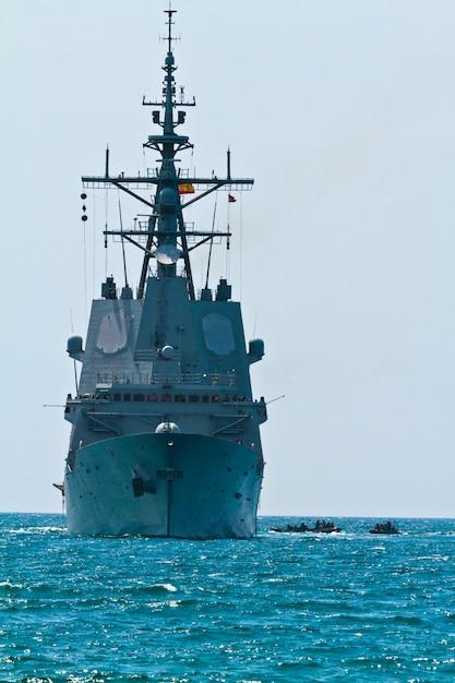 フリゲート艦f-101アルバロ・デ・バザン Premium写真