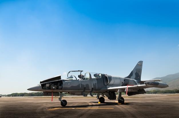 Самолет истребителя f-16 ввс великобритании, самолет на взлетной полосе Premium Фотографии