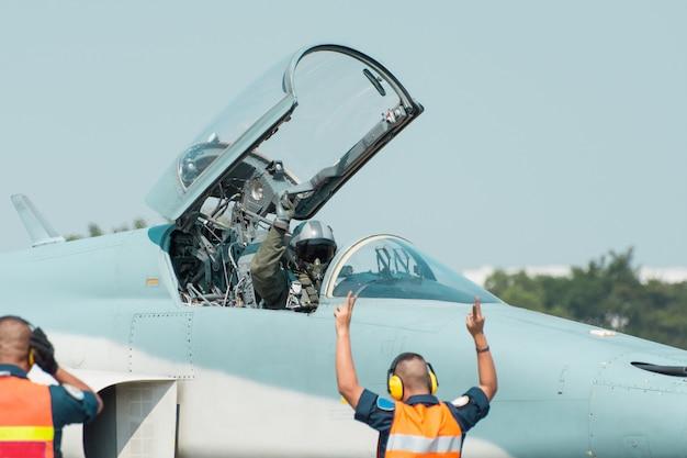 タイ王室空軍のf16ジェット戦闘機は、タイ王室空軍基地タイで離陸する準備をして誘導路に移動しています Premium写真