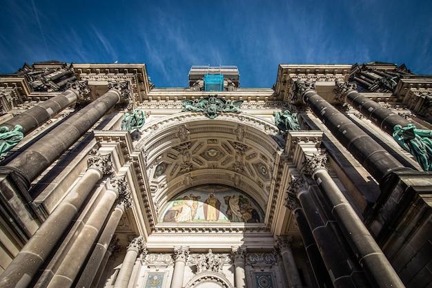 Фасад берлинского собора в берлине, германия. Premium Фотографии
