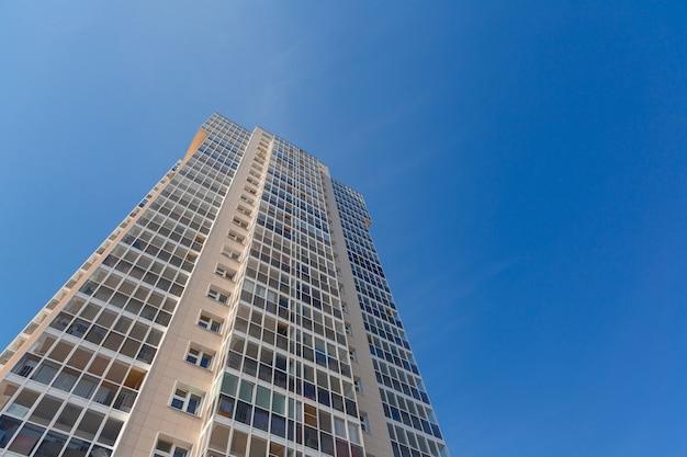 青い空を背景にした新しい高層ビルのファサード Premium写真