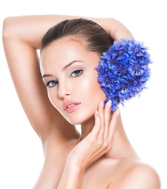 Лицо красивой девушки с голубыми букетовыми полевыми цветами Бесплатные Фотографии