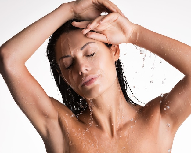 水中シャワーでリラックスした濡れた女性の顔 無料写真