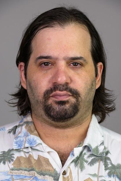 Лицо толстого кавказца в гавайской рубашке, изолированном на белом Premium Фотографии