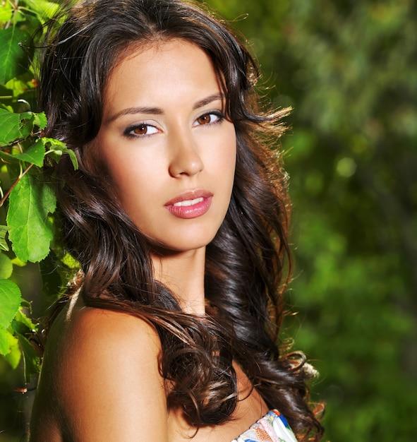 屋外で若い美しいセクシーな女性の顔 無料写真