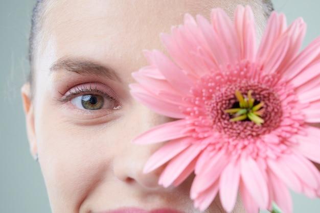 핑크 꽃과 여자의 얼굴 프리미엄 사진