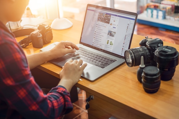 タイの若者はfacebookで写真を撮ってオンライン製品を販売しています。 Premium写真