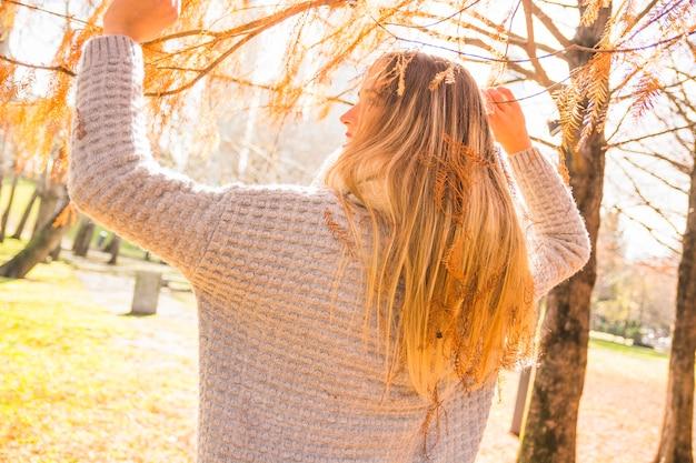 Безликая женщина в осеннем парке Бесплатные Фотографии