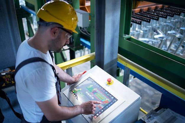 제어실에서 원격으로 산업 기계 및 생산을 모니터링하는 공장 작업자 무료 사진