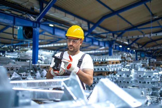 산업 생산 홀에서 일하는 공장 노동자 무료 사진