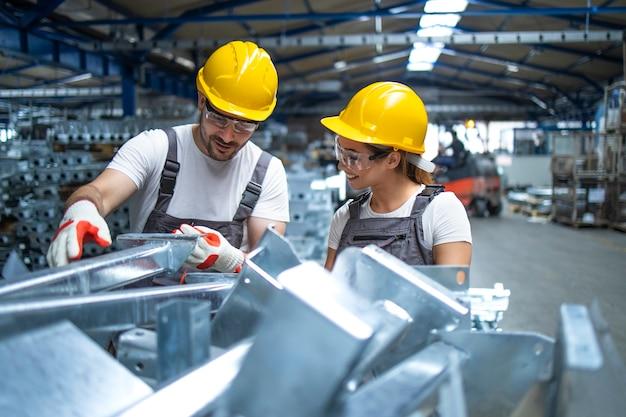 생산 라인에서 일하는 공장 노동자 무료 사진