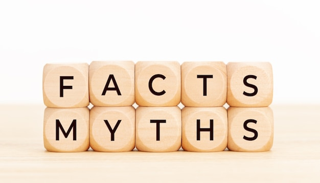 事実神話の概念。テーブルの上のテキストと木製のブロック。 Premium写真