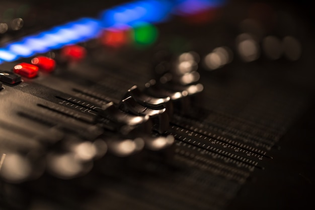 볼륨 미터가있는 페이더 디지털 믹싱 콘솔 무료 사진