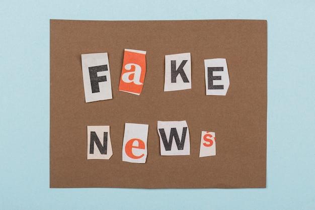 종이 조각 평면도가있는 가짜 뉴스 무료 사진