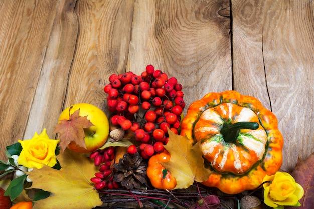 素朴な木製のテーブル、コピー領域の秋の背景 Premium写真