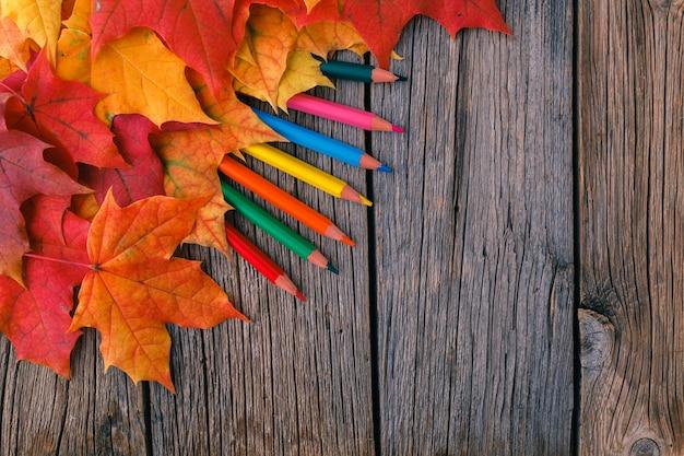 Осенний фон с кленовыми листьями на деревянный стол Premium Фотографии