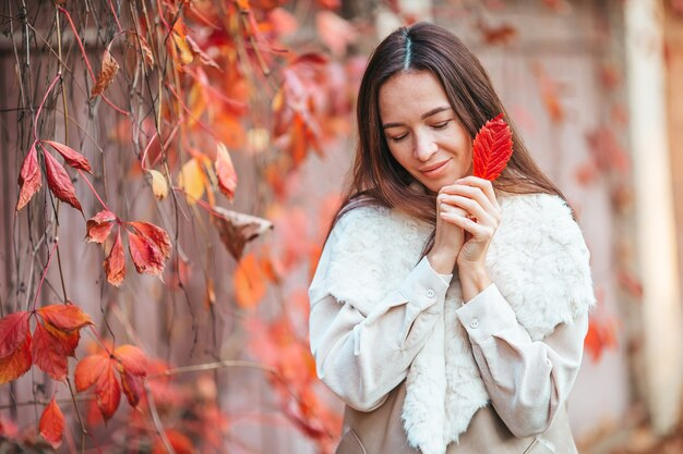 Концепция осени - красивая женщина в осеннем парке под осенней листвой Premium Фотографии