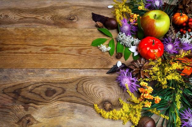木製のテーブルに黄色の秋の花で秋の挨拶 Premium写真