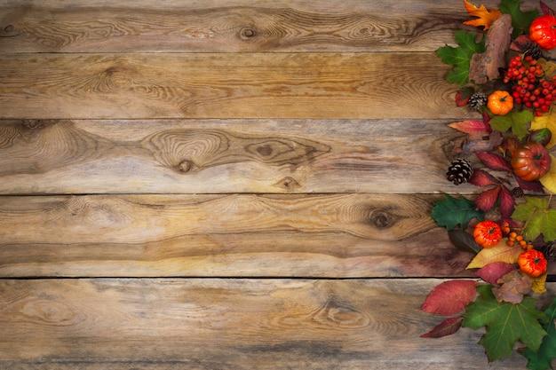 秋の葉と古いテーブルのスカッシュ Premium写真
