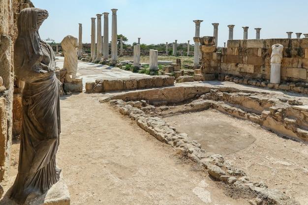 Фамагуста северный кипр колонны и скульптуры в банном комплексе в руинах саламина Premium Фотографии