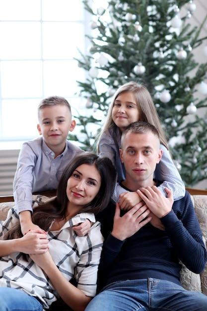 クリスマスに家にいるファミリン 無料写真