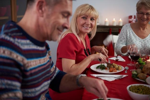 크리스마스 이브에 테이블 주위에 가족 무료 사진