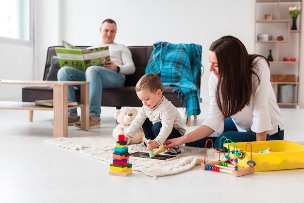 自宅の居間で家族 Premium写真