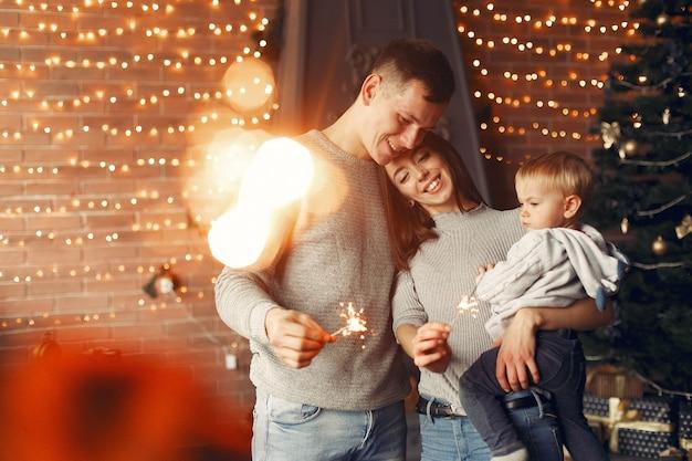 クリスマスツリーの近くに家で家族 無料写真