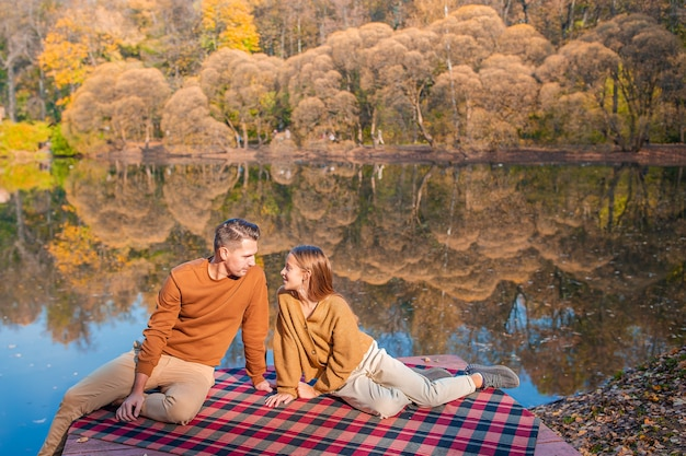 Семейный осенний день. молодой отец и его маленькая дочь вместе в осеннем парке Premium Фотографии