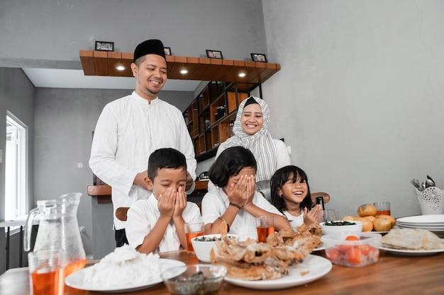Семья нарушает пост Premium Фотографии