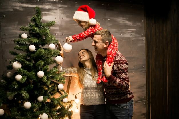 Immagini Di Natale In Famiglia.Foto Gratis Famiglia Dall Albero Di Natale Con La Piccola Figlia In Un Cappello Rosso