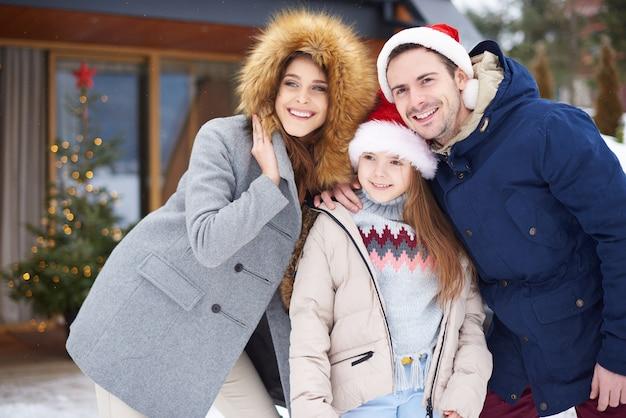 Семья празднует рождество на улице Бесплатные Фотографии