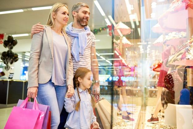 쇼핑몰에서 아이 옷을 선택하는 가족 프리미엄 사진