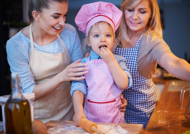 家族がキッチンで一緒に料理する 無料写真