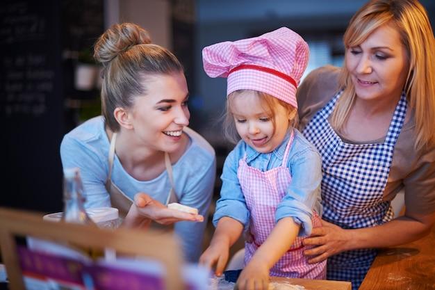 부엌에서 함께 요리하는 가족 무료 사진