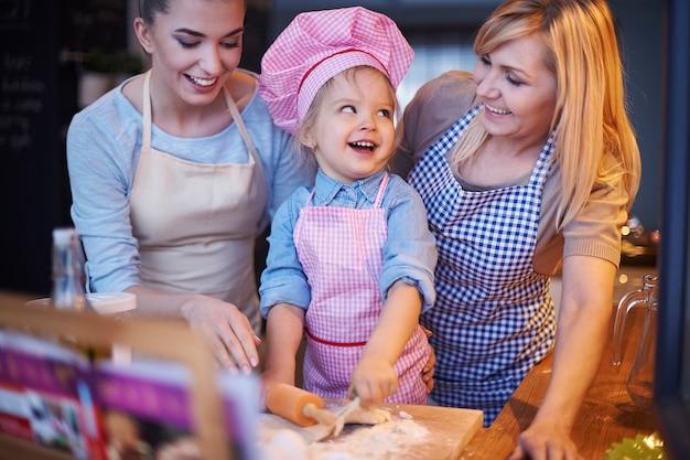 家族で一緒に料理する 無料写真