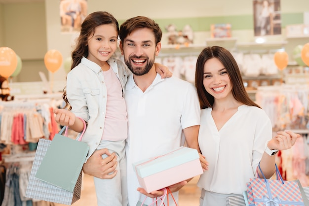 Family, father, mother and daughter with shopping bags. Premium Photo