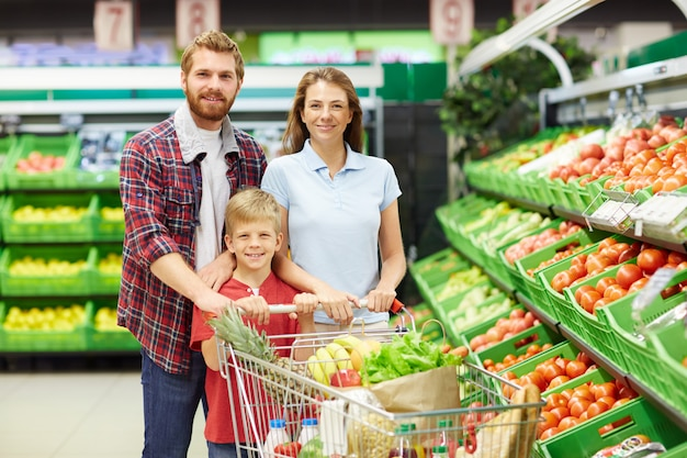 Family in grocery store Free Photo