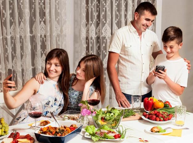 夕食の席で素晴らしい時間を過ごしている家族 無料写真