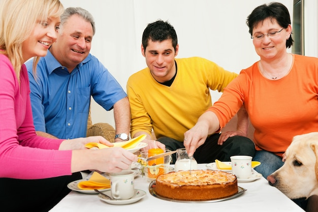 Family having coffee and cake together | Premium Photo